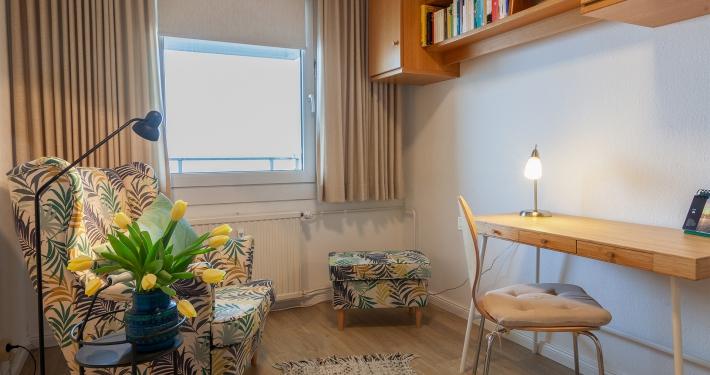 Im zweiten Zimmer der Ferienwohnung Fiedler gibt es einen schönen gemütlichen Sessel und einen richtigen Schreibtisch zum arbeiten.
