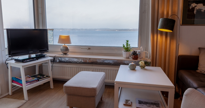 Im Wohnzimmer der Ferienwohnung Fiedler genießen Sie den herrlichen Blick auf die Ostsee durch das große Fenster.