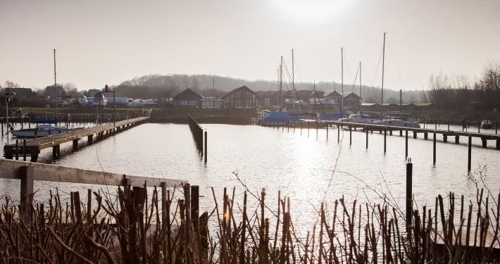 Ein Blick auf den kleinen Yachthafen und dem Club Nautic nur ein paar Meter entfernt von der Ferienwohnung Fiedler.