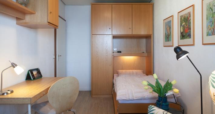 Im zweiten Zimmer der Ferienwohnung Fiedler lässt sich auch ein gemütliches Schrankbett ausklappen. Der Schreibtisch in diesem Zimmer lädt zum Geschichten schreiben ein.