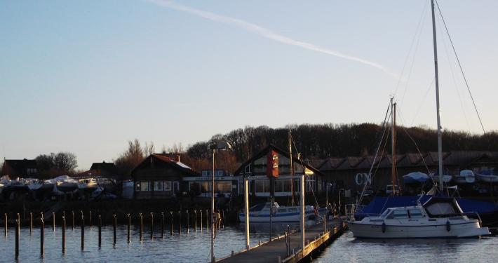Dieses Foto wurde vom Steg aus gemacht und zeigt den Club Nautic im kleinen Yachthafen.