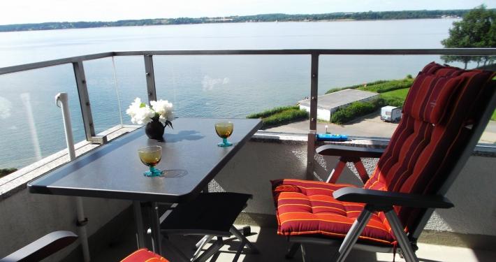 Genießen Sie die Aussicht auf das Meer aus der Loggia der Ferienwohnung Fiedler mit einem Glas Wein.