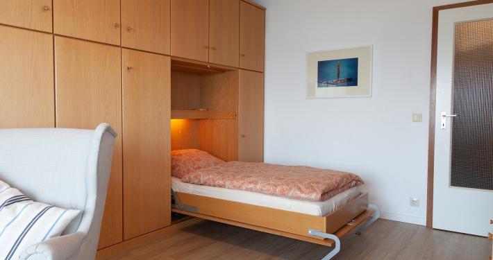 Eines der beiden Betten ist ausgeklappt und macht das Zimmer eins nun zu einem Schlafzimmer.