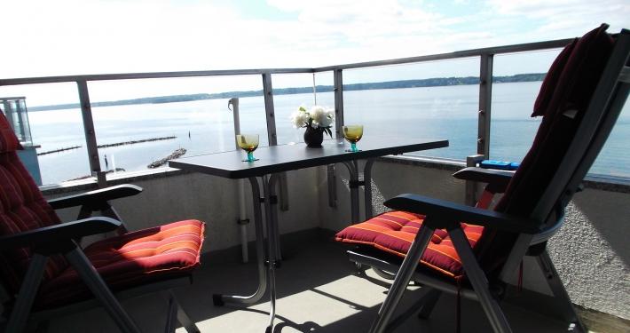 Auf der Loggia der Ferienwohnung Fiedler befinden sich zwei Stühle und ein Tisch um die herrlichen Sonnenstrahlen zu genießen.