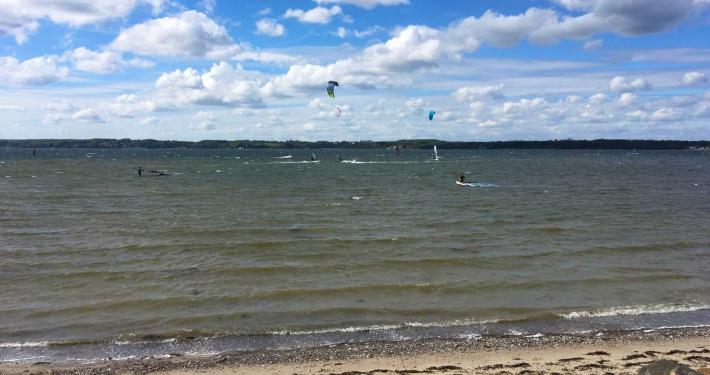 Ein paar Meter von der Ferienwohnung Fiedler entfernt gibt es einen tollen Ort um Kitesurfer zu beobachten oder selbst zu kiten.