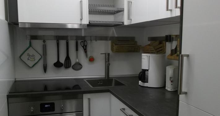 Die moderne kleine Küche der Ferienwohnung Fiedler bietet einen Induktionsherd mit Backofen und Mikrowelle, auch genügend Geschirr und Utensilien sind vorhanden.