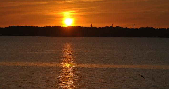Ein atemberaubender intensiver Sonnenuntergang, von der Loggia der Ferienwohnung Fiedler aus aufgenommen.