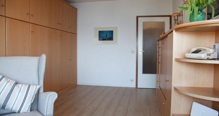 Ein Blick ins Wohnzimmer mit hochgeklapptem Bett und Esstisch.